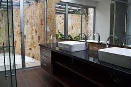 Baños de estilo minimalista por santiago dussan architecture & Interior design