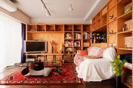 旅の思い出を飾る壁面収納: スタイル工房 stylekoubouが手掛けたです。