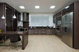 مطبخ تنفيذ Livia Martins Arquitetura e Interiores