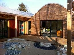 Le patio et la vue sur la baie du séjour: Maisons de style de style Moderne par Atelier d'Architecture Marc Lafagne,  architecte dplg
