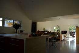 La cuisine, vue vers le séjour: Cuisine de style de style Moderne par Atelier d'Architecture Marc Lafagne,  architecte dplg
