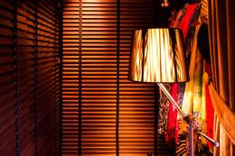 Vestidores y placares de estilo moderno por Belén Sueiro