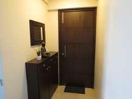 Resident in Mulund :  Corridor & hallway by TWISHA THAKKER