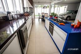 Cocinas de estilo moderno por Roma Arquitetura
