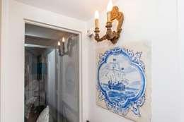 Vestíbulos, pasillos y escaleras de estilo  por alma portuguesa