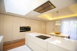 Cocinas de estilo moderno por RDLM Arquitectos associados