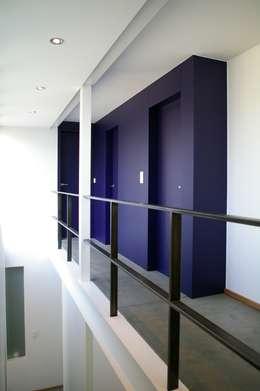 Maison P: Couloir et hall d'entrée de style  par ARTERRA