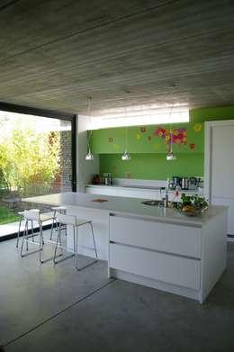 Maison P: Cuisine de style de style Moderne par ARTERRA