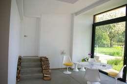 Maison P: Salle à manger de style de style Moderne par ARTERRA