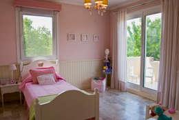 classic Nursery/kid's room by LLACAY arquitectos