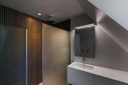 Banheiros modernos por BURO5 - architectes & associés
