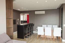 Apartamento MBK: Salas de jantar minimalistas por Super StudioB
