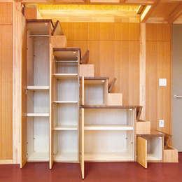 屋上を大地にして住宅をつくる: ユミラ建築設計室が手掛けた玄関&廊下&階段です。