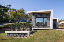 Gutters and Downspouts : House in Gyopyeong-Ri: studio origin의  베란다