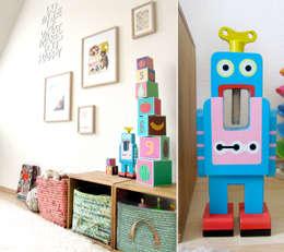 Robo Love im Wohnzimmer: skandinavische Wohnzimmer von LYBSTES.