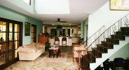 zicht op keuken: tropische Woonkamer door architectenbureau Aerlant Cloin BNA