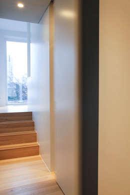 Rénovation d'un appartement bruxellois: Couloir et hall d'entrée de style  par Alizée Dassonville | architecture