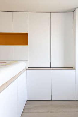 Rénovation d'un appartement bruxellois: Chambre de style de style Moderne par Alizée Dassonville | architecture