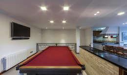 Salas multimedia de estilo rústico por VNK Arquitetura e Interiores