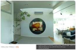 Casa El paso IV: Pasillos y recibidores de estilo  por ARRILLAGA&PAROLA