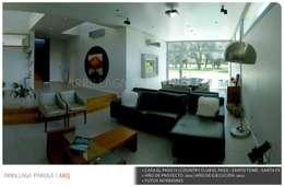 Casa El paso IV: Livings de estilo moderno por ARRILLAGA&PAROLA
