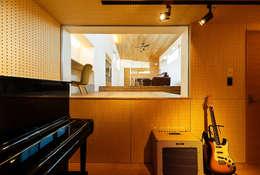 scandinavian Media room by 一級建築士事務所haus