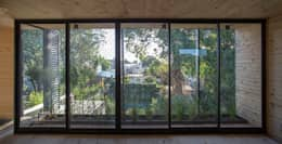 Casa Palo: Ventanas de estilo  por AToT