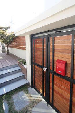진해 여좌동 주택 인테리어 : 핸디디자인 의  창문