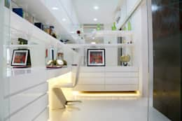 Mr.Reddy Residence: modern Study/office by Uber space