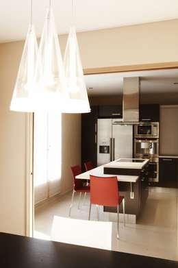 cuisine moderne bois: Cuisine de style de style Moderne par Agence KP