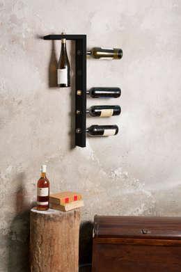Portabottiglie Elle con finitura laccata nera opaca: Sala da pranzo in stile in stile Moderno di d-ITALY
