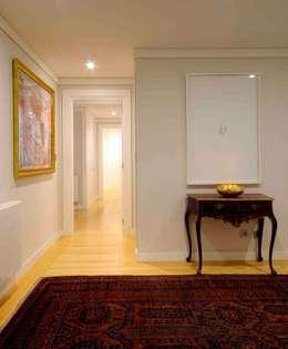 Pasillos y vestíbulos de estilo  por armazem de arquitectura