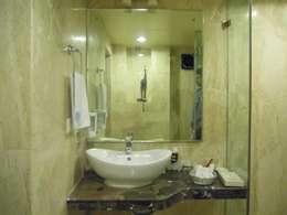 Baños de estilo moderno por MAVERICK Architects