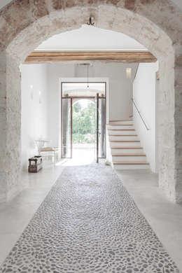 Pasillos y recibidores de estilo  por munarq