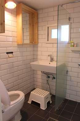 답십리 주택: atelier mandlda의  욕실