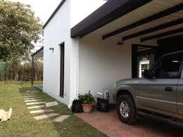 Garajes y galpones de estilo moderno por Andres Hincapie Arquitectos
