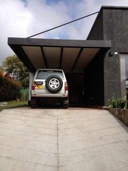 Garage / Hangar de style de style Moderne par Andres Hincapie Arquitectos