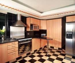 CASA LAURELES: Cocinas de estilo moderno por Diseño Integral En Madera S.A de C.V.