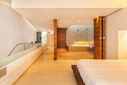 Baños de estilo moderno por FR ARQUITECTURA S.A.S.