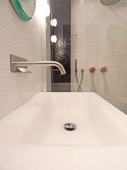 salle de bain-noir et blanc: Salle de bains de style  par Agence KP
