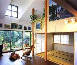 アトリエのある趣味をいかす家: ユミラ建築設計室が手掛けたリビングです。