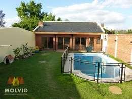 Jardines de estilo moderno por MOLVID