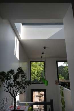 Rénovation et agrandissement d'une maison individuelle: Couloir et hall d'entrée de style  par SARA Architecture