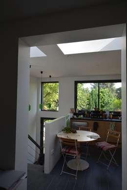 Rénovation et agrandissement d'une maison individuelle: Cuisine de style de style Moderne par SARA Architecture