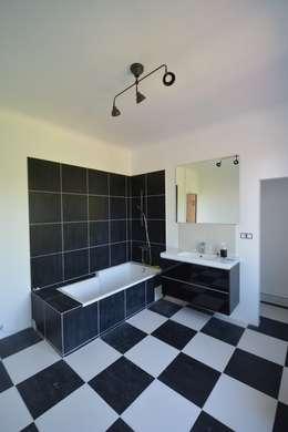 Rénovation et agrandissement d'une maison individuelle: Salle de bains de style  par SARA Architecture