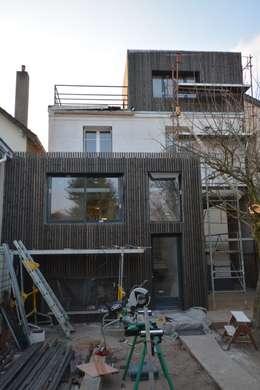 Façade Nord après en cours de finitions:  de style  par SARA Architecture