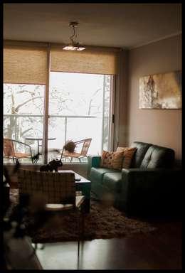 Salas de estar ecléticas por Diseñadora Lucia Casanova