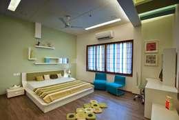 GAJENDRA YADAV'S RESIDENCE: modern Bedroom by Spaces Architects@ka