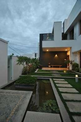 Mr & Mrs Pannerselvam's Residence:  Terrace by  Murali architects