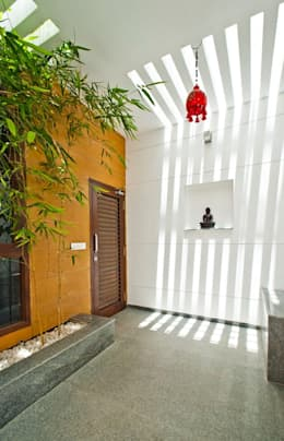 Sajeev kumar and family's Residence at Girugambakkam:  Corridor & hallway by  Murali architects